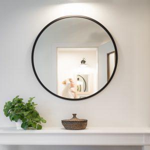Okrągłe obramowane lustro naścianie